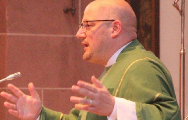 Pater Stefan Maria zelebriert die Messe in leichter Sprache