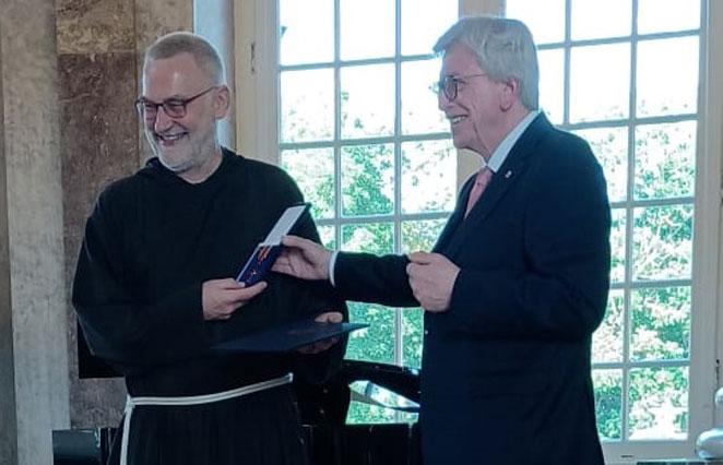 Volker Bouffier übergibt das Bundesverdienstkreuz an Bruder Paulus